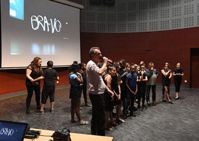 Patrice Marini félicitant les élèves pour leur performance